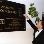Pucowanie świeżo zamontowanej tablicy granitowej ku czci zwycięzcy Konkursu na Dyrektora Tysiąclecia